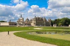 Chantillyen är en historisk slott som lokaliseras i staden av Chantilly Det inhyser museet av Conde Royaltyfria Foton