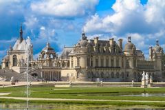 Chantillyen är en historisk slott som lokaliseras i staden av Chantilly Det inhyser museet av Conde Arkivfoto