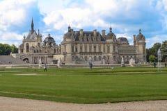 Chantillyen är en historisk slott som lokaliseras i staden av Chantilly Det inhyser museet av Conde Royaltyfri Foto