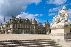 Chantillyen är en historisk slott som lokaliseras i staden av Chantilly Det inhyser museet av Conde Arkivfoton