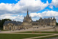 Chantillyen är en historisk slott som lokaliseras i staden av Chantilly Det inhyser museet av Conde Royaltyfri Fotografi