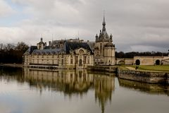 Chantillykasteel in Frankrijk en zijn gedachtengang in het water stock afbeeldingen