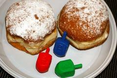 Chanukah和三色的sovivones两个油炸圈饼  Dreidl 库存图片