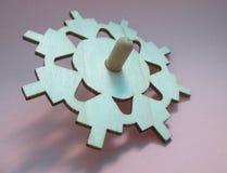 Chanukah dreidel用在五颜六色的背景的木头装饰 库存图片