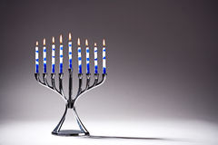 Chanukah Menorah con le candele di Lit Immagine Stock
