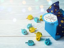 Chanukka-Feier mit Geschenkbox lizenzfreie stockbilder