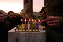 Chanukka - israelische Soldaten, die ein Chanukiah beleuchten Stockbilder