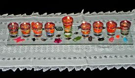 Chanukka-Lampe u. x28; hanukia& x29; mit brennenden Kerzen Stockfotos