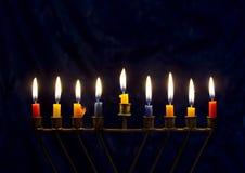 Chanukka-menorah auf einem dunkelblauen Hintergrund Stockbild