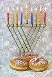 Chanukka-menorah und traditionelle Donuts Lizenzfreie Stockfotos