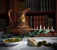 Chanukka schließen oben mit Kerzen, alte Bücher, Kreisel Stockfotografie
