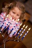 Chanukkah: Åtta ljus av Chanukkah som skiner royaltyfria bilder