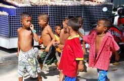 Chao Lo, Thaïlande : Marche thaïe de garçons Photo stock