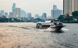 Срочная шлюпка на Chao Реке Phraya стоковое изображение