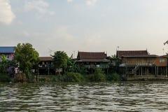 Chao Phraya brzeg rzekiego domy obrazy stock