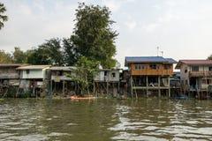 Chao Phraya brzeg rzekiego domy obrazy royalty free