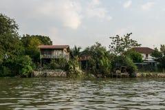 Chao Phraya brzeg rzekiego domy zdjęcie stock