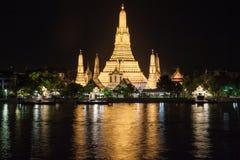 Chao Phraya e Wat Arun alla notte immagine stock
