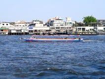 Chao Phraya Express Boat im Chao Phraya in Bangkok stockfotografie