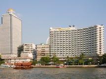 Chao Phraya flod med fartyget och det Shangri-La hotellet, Bangkok, Thailand arkivfoto
