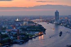 Chao Phraya flodkrökning på solnedgångskymningsikten från överkant av Bangkok Royaltyfri Fotografi