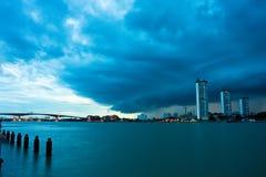 Chao Phraya Fluss, wenn Tag geregnet wird Stockbilder
