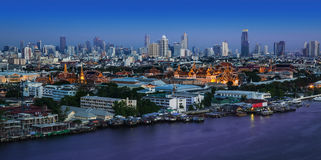 Chao Phraya River avec le palais grand et Wat Phra Kaew, Bangkok, Tha Image stock