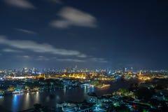Chao Phraya River Bangkok på natten som förbiser den storslagna Palacen royaltyfri foto
