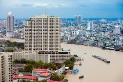 Chao Phraya River, Bangkok, Tailandia es marrón debido al rai imagen de archivo libre de regalías