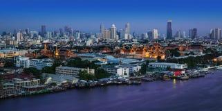 Chao Phraya River con el palacio magnífico y Wat Phra Kaew, Bangkok, Tha Imagen de archivo