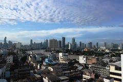 Chao Phraya River et paysage urbain avec la vue de ciel bleu sur le bâtiment à Bangkok, le 11 juillet 2017 Images libres de droits