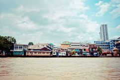 Chao Phraya River and houses in Bangkok Royalty Free Stock Photos