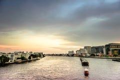 Chao Phraya River på skymningen Arkivbilder