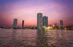 Chao Praya River em Banguecoque, em construções e em barcos no por do sol, Tailândia fotos de stock