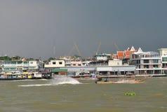 Chaophraya-Fluss vor dem Regen, Thailand Lizenzfreie Stockfotos