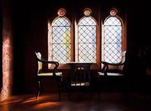 Chaor arqueado estudio de las ventanas y de los capitanes Imagenes de archivo