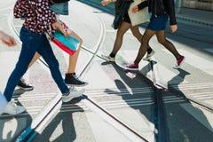 Chaos auf Querstraßen, Fußgängerzebra und Schienen, die auf einem Platz kreuzen lizenzfreie stockbilder