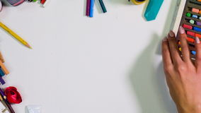 Chaos, bałagan na artysty biurka widoku od above Artysta, projektanta jasny stół zbiory wideo