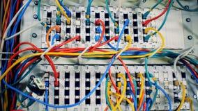 Chaos, bałagan z drutami Czopujący stubarwni kable przy centrum danych, zakończenie w górę zbiory