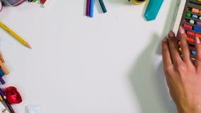 Chaos, désordre sur la vue de bureau d'artistes d'en haut Artiste, espace libre de concepteur la table clips vidéos
