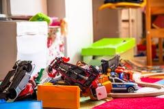 Chaos dans la salle d'enfants colorée - voitures de jouet photos stock