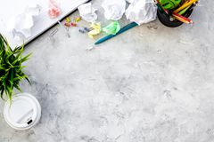 Chaos dans le bureau Bureau couvert de papeterie de papier et dispersée chiffonnée Copyspace gris de vue supérieure de fond photos stock