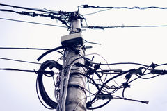Chaos de câble sur un pilier photos libres de droits