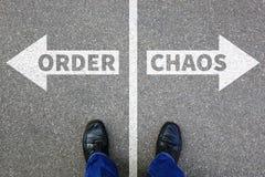Chaos en orde de zakenman van het bedrijfs organisatiebureau concept stock foto