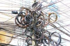 Chaos, malpropre, embrouillement de courrier de câble électrique Photo libre de droits