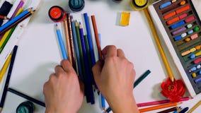 Chaos na artysty biurka widoku od above Artysta, projektanta jasny stół Timelapse zdjęcie wideo