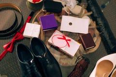 Chaos na stole Poślubiać atrybuty: buty, pierścionki, pasek i o, zdjęcie royalty free