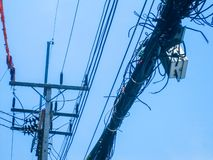 Chaos van kabels en draden op een elektrische pool, Thailand Draad en kabelrommel royalty-vrije stock afbeelding
