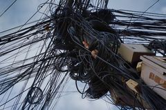 chaos w liniach energetycznych, kołtuniaste miasto komunikacje, problemy z źródło zasilania zdjęcie stock