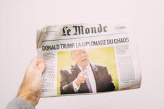 Chaosdiplomatie met Donald Trump op de Franse krant van Le Monde Stock Foto's